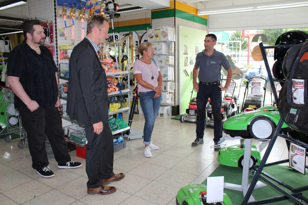 Mitarbeiter des Kommunalen Job-Centers besuchen Fachmarkt Klinger in Bad König