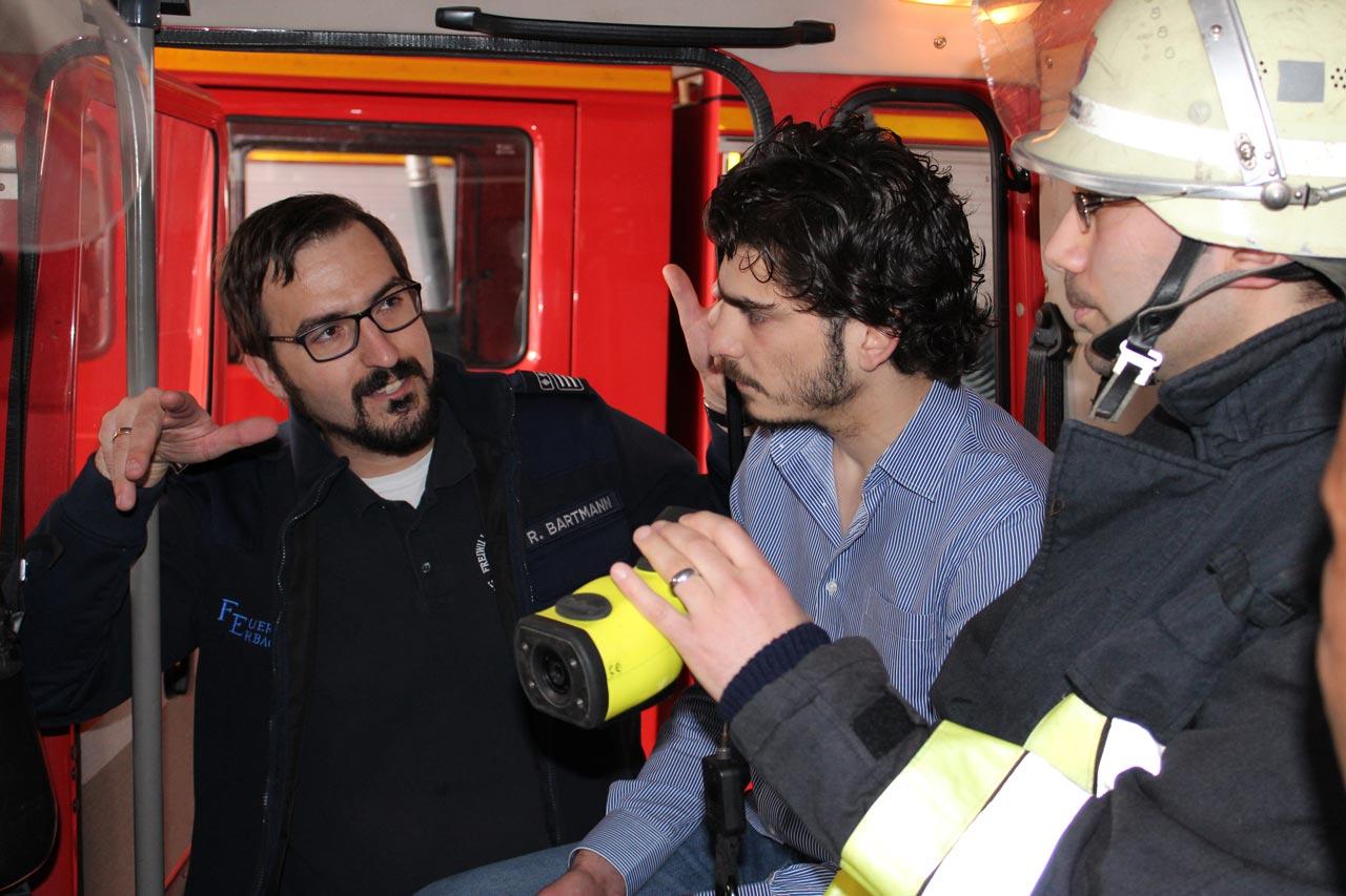 Geflüchtete lernen auf Informationsveranstaltung die Aufgabe der Freiwilligen Feuerwehr Erbach kennen